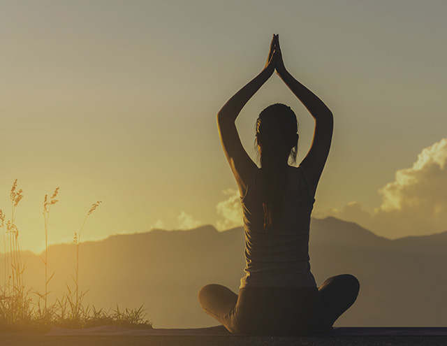 Yoga in montagna al sorgere del sole