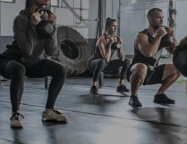 Sessione di CrossFit con kettlebell in palestra
